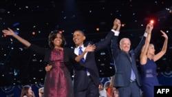 Le président Obama, son épouse Michelle Obama, le vice-président Joe Biden et son épouse, Jill Biden célébrant la victoire à Chicago