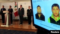 Juru bicara Pemerintah Meksiko Eduardo Sanchez (tiga dari kiri) memberikan keterangan kepada media dalam konferensi pers terkait penangkapan tersangka pelaku penculikan yang ditayangkan pada layar: Cristian Martinez (dua dari kanan) dan Erick Delgado (kanan) di kantor Kementerian Dalam Negeri di Mexico City (8/11).