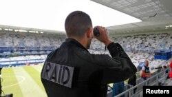 Một cảnh sát Pháp tham gian giữ an ninh tại sân vận động Bordeaux, nơi đội tuyển Bỉ đá với đội Ireland, hôm 18/6.