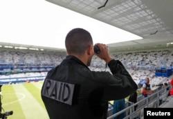 ສະມາຊິກຂອງກອງກຳລັງຕຳຫຼວດ ສະກັດກັ້ນວ່ອງໄວ ຂອງຝຣັ່ງ ຫຼື ເອີ້ນຫຍໍ້ວ່າ RAID ກຳລັງສຳຫຼວດພວກຜູ້ຊົມ ຢູ່ໃນ ສະໜາມກິລາ Bordeaux, ບ່ອນທີ່ ທີມແບລຈຽມາ ແຂ່ງກັບທີມ ໄອຣ໌ແລນ ໃນການແຂ່ງຂັນເຕະບານ Euro 2016, ວັນທີ 18 ມິຖຸນາ 2016.
