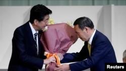 日本首相安倍晉三2020年9月14日向新當選自民黨總裁的菅義偉交棒(路透社)