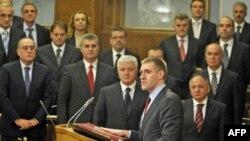 Tân Thủ tướng Igor Luksic, giữa, phát biểu tại quốc hội ở Podgorica, Montenegro, 29/12/2010