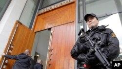 Seorang polisi menjaga pintu masuk gedung pengadilan di Oslo, Norwegia, 16 April 2012. (Foto: dok).