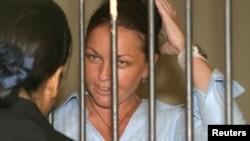 Dalam foto tertanggal 27/1/2005 ini Schapelle Corby, warga Australia yang dijatuhi 20 tahun penjara karena kasus narkoba berbicara dengan pengacaranya sebelum sidang di pengadilan Denpasar, Bali. Setelah mendekam sembilan tahun di penjara, ia dibebaskan bersyarat pada 7 Februari 2014.
