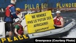Le bateau de Greenpeace dénonce la pêche intensive en Afrique de l'Ouest, le 4 mai 2017.