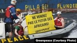 Greenpeace milite contre la pêche illégale en Afrique de l'Ouest.
