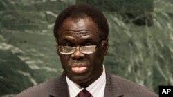 Michel Kafando, président de la transition au Burkina Faso a officiellement pris le baton de commandement vendredi 21 novembre 2014.