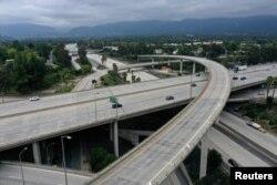 Una intersección de una autopista vacía se ve luego de que la orden de quedarse en casa de Los Ángeles provocara una caída en la contaminación. Pasadena, California, febrero 20 de 2020.