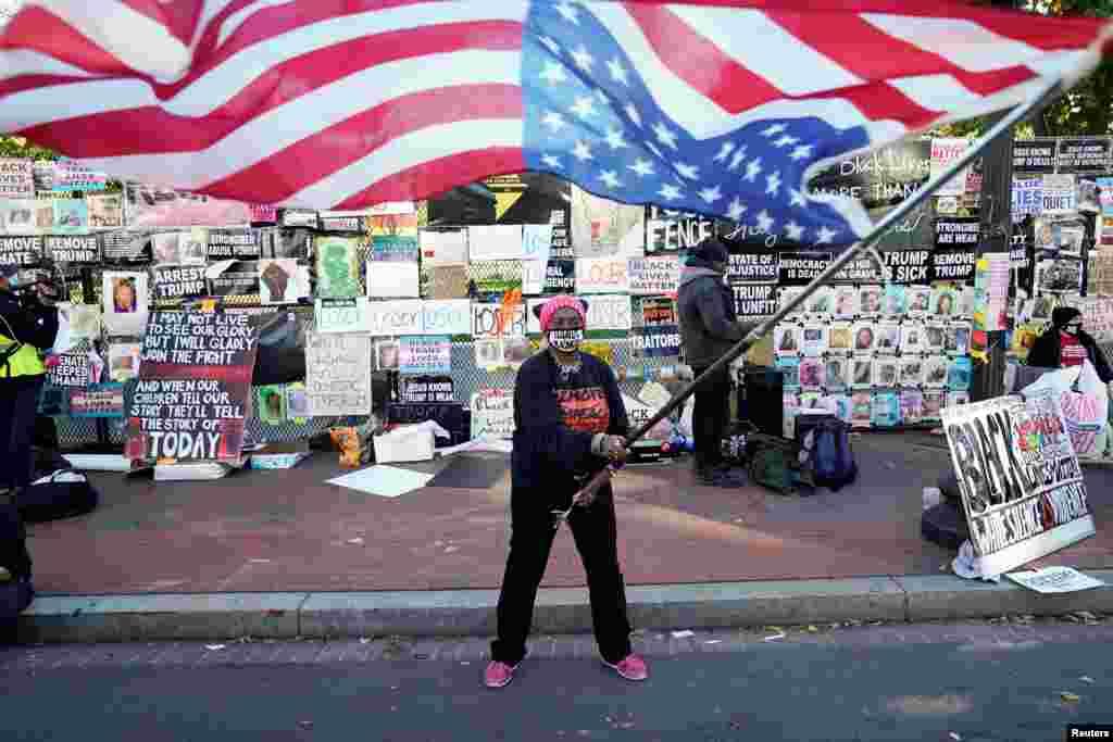 Nadine Seiler de Waldorf, Maryland, ondea una bandera estadounidense frente a la Casa Blanca el día después de las elecciones presidenciales de EE.UU. en Washington. 4 de noviembre de 2020.
