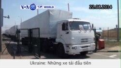 Xe tải trong đoàn xe viện trợ của Nga băng qua biên giới Ukraine (VOA60)