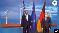 존 케리 미국 백악관 기후특사와 하이코 마스 독일 외무장관이 18일 베를린에서 회의 전 사진촬영을 했다.
