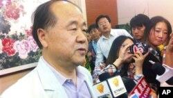 지난 11일 노벨문학상 수상자로 선정된 후 인터뷰 중인 중국 작가 모옌.