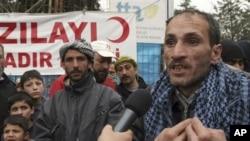 一名敘利亞難民在土耳其向記者講述他在敘利亞家鄉的情況
