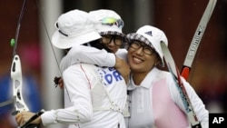 2012년 런던 올림픽 여자 양궁 단체전에서 금메달을 획득한뒤 기뻐하는 선수들