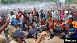Cảnh sát Ấn Ðộ dùng vòi rồng giải tán người biểu tình.