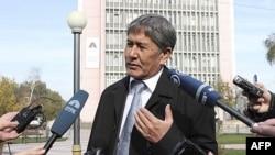 Ông Almazbek Atambayev nói chuyện với các nhà báo trong thủ đô Bishkek, hôm 31/10/11