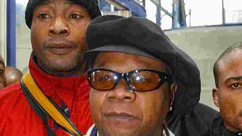 Papa Wemba a quitté le palais de justice libre après avoir été condamné à une peine de 30 mois, pour son implication avec un réseau d'immigration clandestine, le 17 novembre 2004.