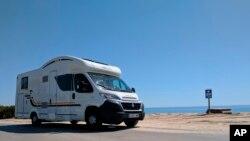 지난해 해변가 옆으로 캠핑카(Recreational Vehicle)가 세워져 있다. (자료사진)