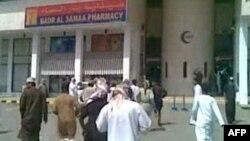 Demonstranti u gradu Sohar, na severnoj obali Omana, pokušavaju da se domognu ambulante pošto je policija otvorila vatru na grupu anti-vladinih pobunjenika, 28. februar 2011.