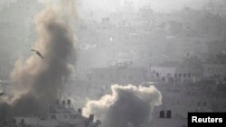 Khói bốc lên sau các vụ không kích vào Gaza, ngày 26/8/2014.