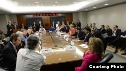美國國務卿希拉里•克林頓星期一在華盛頓主持每週一次的和國務院助理國務卿的會議