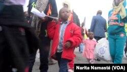 Des enfants sont comptés parmi les immigrants retournés de la Libye, à Abidjan, 24 mars 2017. (VOA/ Narita Namasté)