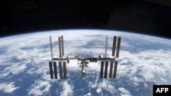 Progress tipi insansız bir uzay aracı (tesisin ortasında) istasyona park etmiş durumda