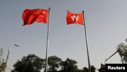 Quốc kỳ Trung Quốc và Hong Kong.
