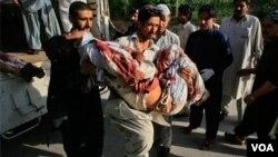 Voluntarios tratan de ayudar a las víctimas del ataque terroristas ocurrido en el noreste de Paskistán.