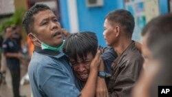 Reaksi seorang pria setelah mengidentifikasi kerabatnya di antara jenazah para korban tsunami di Carita, Minggu, 23 Desember 2018.