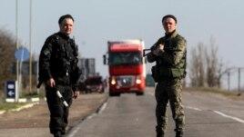 Binh sĩ Ukraine đứng gác tại một chốt kiểm soát gần thị trấn Armyansk tiếp giáp với bán đảo Crimea, ngày 23 tháng 3, 2014