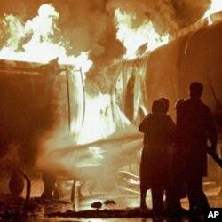 اسلام آباد کے قریب نیٹو کے آئل ٹینکروں پر حملے میں تین افراد ہلاک اور 20 سے زائد گاڑیاں جل کر راکھ ہوگئیں۔
