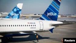 미국 뉴욕의 존 F 케네디 공항 직원이 이륙 준비 중인 제트블루 여객기에 급유하고 있다. (자료사진)