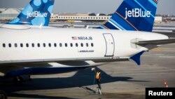 Một nhân viên nạp nhiên liệu cho máy bay hãng hàng không JetBlue trên đường băng của Sân bay Quốc tế John F. Kennedy, New York, ngày 11 tháng 12 năm 2013.