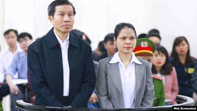 Blogger Anh Ba Sàm Nguyễn Hữu Vinh và bà Nguyễn Thị Minh Thuý trong phiên xử hôm 23/3. Ảnh chụp từ trang web Vietnamnet.