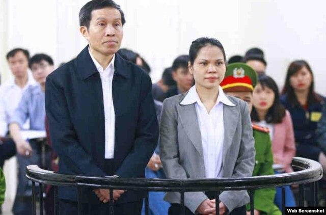 Blogger Anh Ba Sàm Nguyễn Hữu Vinh và bà Nguyễn Thị Minh Thuý trong phiên xử hôm 23/3/2016. Ảnh chụp từ trang web Vietnamnet.