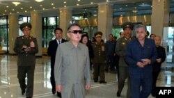 Ким Чен Ир (в центре)