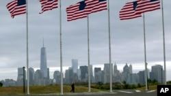 9.11 테러 발생 13주년을 맞은 11일 원세계무역센터를 배경으로 성조기가 날리고 있다.