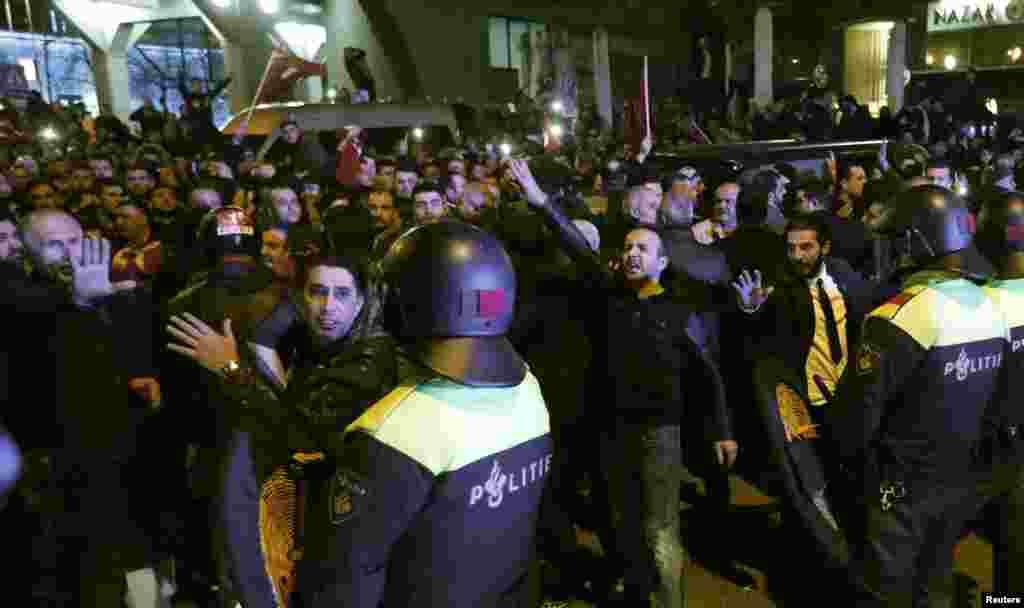 یہ مظاہرین ایک ترک وزیر کو ترکی کے قونصل خانے میں داخل ہونے سے روکنے اور ایک دوسرے وزیر کو ملک سے نکالنے پر احتجاج کر رہے تھے۔