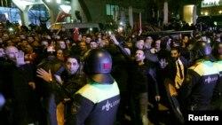 La policía comienza a remover manifestantes fuera del consulado turco en Róterdam, Holanda, el 11 de marzo de 2017.