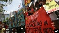 Biểu tình trước lãnh sự quán Trung quốc ở Makati phản đối tàu Trung Quốc đánh bắt trái phép trong vùng biển Philippines.