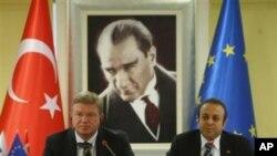 Ο τούρκος Υπουργός αρμόδιος για θέματα ΕΕ, Εγκεμέν Μπαγίς και ο Επίτροπος για θέματα Διεύρυνσης της ΕΕ, Στέφαν Φίλε.
