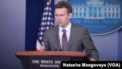 Juru bicara Gedung Putih John Earnest hari Selasa (29/7) mengatakan tanggapan Rusia terhadap keluhan AS tidak memuaskan.