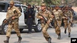 Pakistanski vojnici trče ka mestu današnjeg napada u Pešavaru