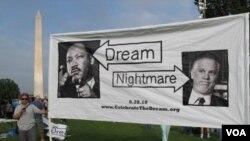 """Salah seorang penentang rapat akbar """"Pemulihan Kehormatan"""" membawa spanduk Martin Luther King, Jr. dan melecehkan koordinator rapat akbar, penyiar Glenn Beck."""