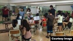 지난 4일 서울 은정초등학교 체육관에서 탈북어린이 등 다문화 가정 어린이들로 이뤄진 밴드부가 연습하고 있다.