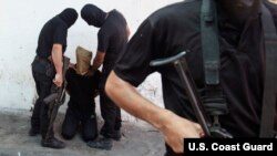 22일 가자지구의 이슬람 회당에서 팔레스타인 무장정파 하마스가 금요기도회에 앞서 이스라엘 정보원 혐의의 팔레스타인인을 공개처형했다. 하마스는 지난주 금요기도회에서도 같은 죄목으로 11명을 처형했다. (자료사진)