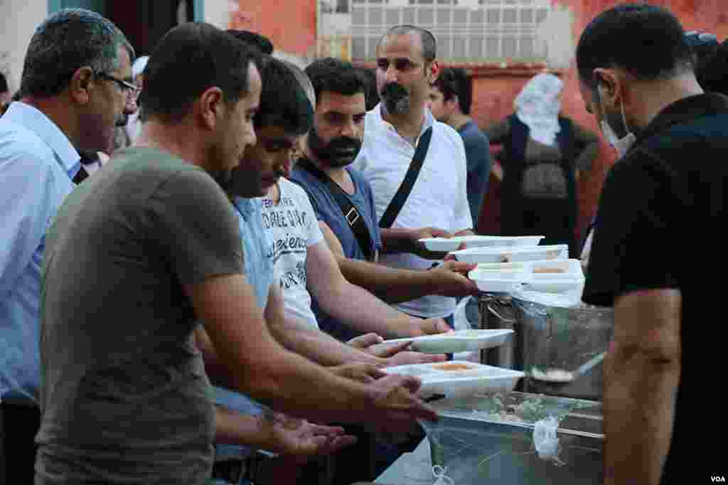 The Confederation of Public Workers' Unions of Turkey organized a large outdoor iftar dinner in Sur, Diyarbakir, Turkey, June 6, 2017. (Mahmut Bozarslan/VOA)