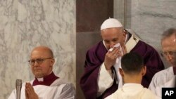 El papa Francisco mostró síntomas de resfriado en las actividades del Miércoles de Ceniza en Roma el 26 de febrero de 2020.