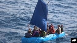 Một chiếc thuyền chở di dân Cuba gần bờ biển Key West, Florida, hôm 1/1/2015.